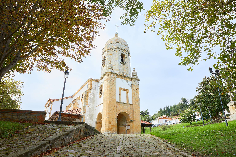 Fachada de la Iglesia Santa María de Sábada en Lastres, Colunga, Asturias