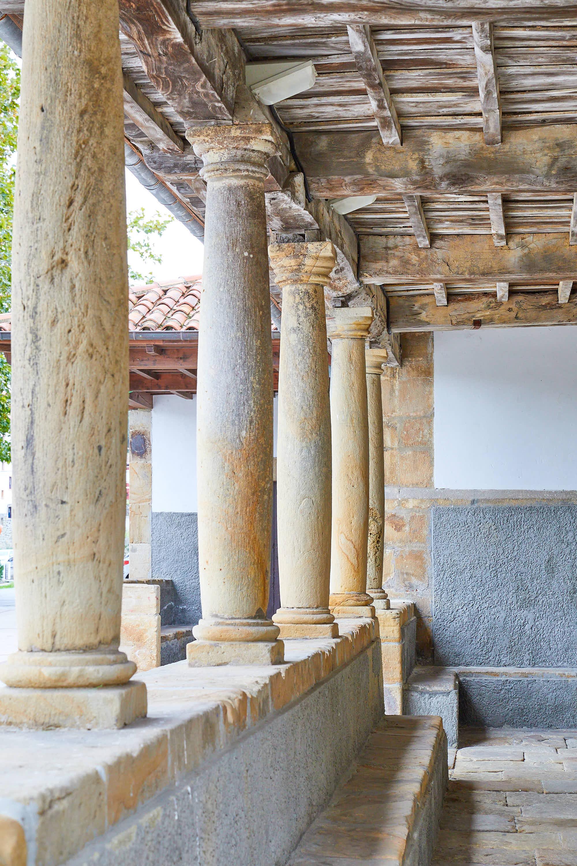 Columnas de la Iglesia Santa María de Sábada en Lastres, Colunga, Asturias