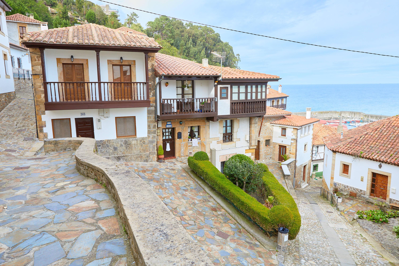 Plaza en una calle de Lastres, Colunga, Asturias