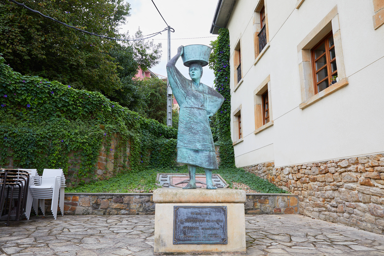 Monumento homenaje a las sardineras en Lastres, Colunga, Asturias