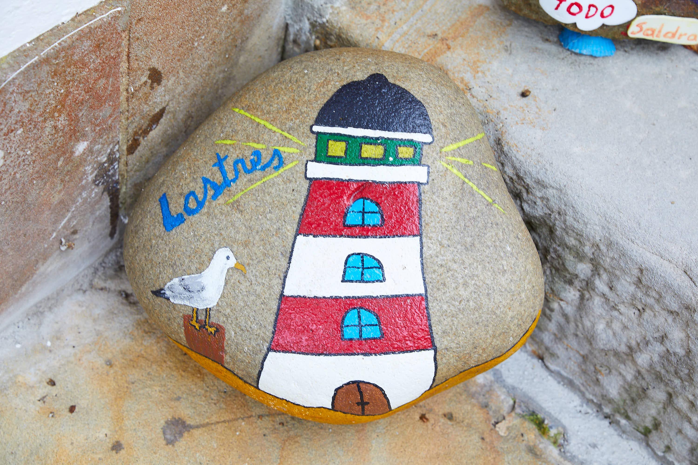 Piedra pintada en una calle de Lastres, Colunga, Asturias