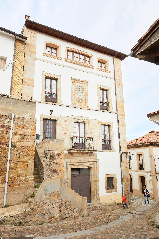 Casa El Cuartel o de los Robledo en la Calle Real de Lastres, Colunga, Asturias