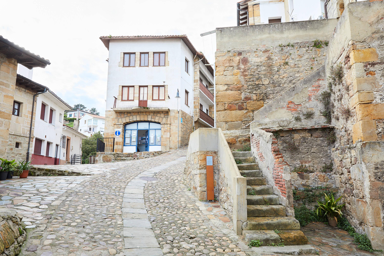 Oficina de Turismo en la Calle Real de Lastres, Colunga, Asturias