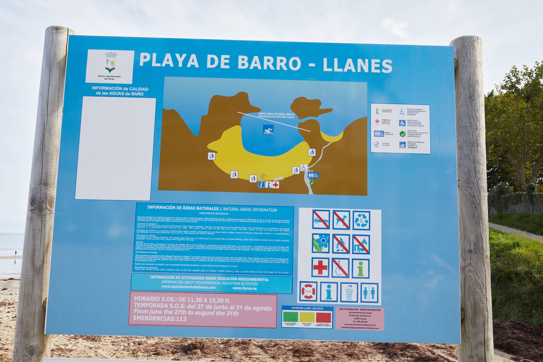 Cartel de información de servicios en la Playa de Barro, Llanes, Asturias