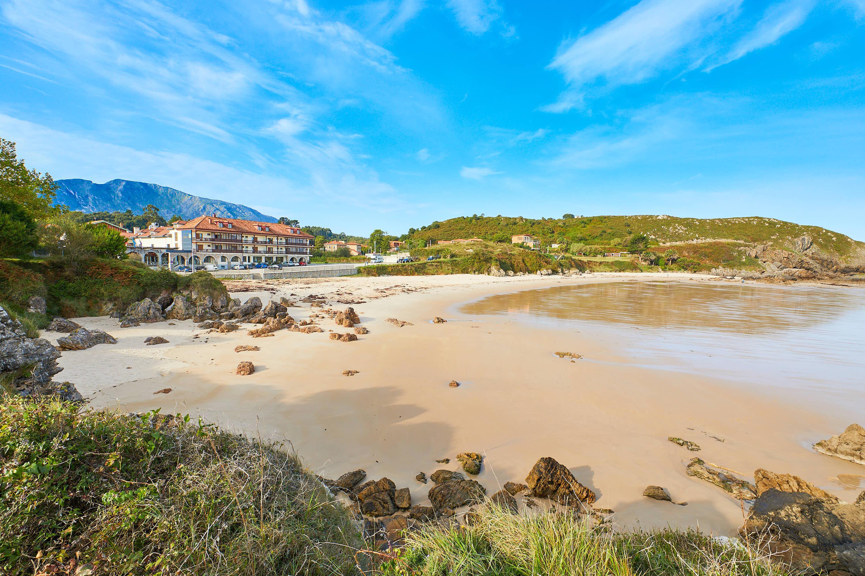 Playa de Barro con hotel, Llanes, Asturias