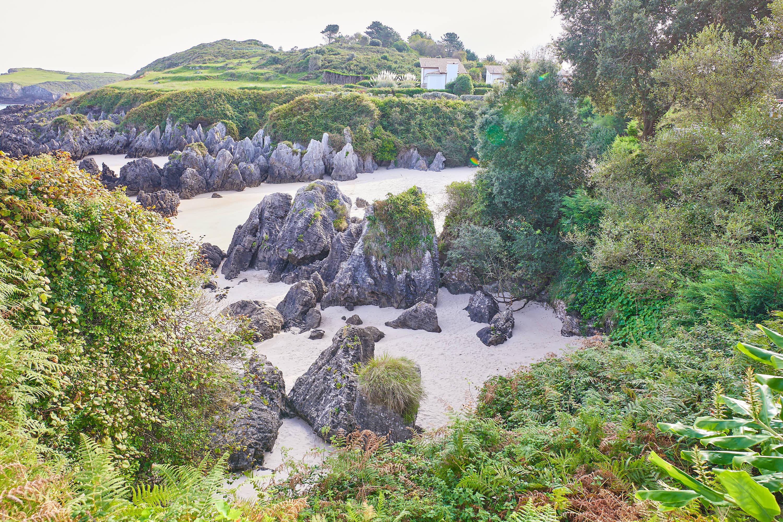 Cala lateral de la Playa de Sorraos, en Barro, Llanes, Asturias