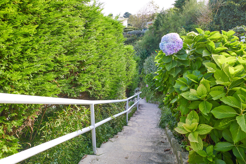 Escaleras de acceso a la Playa de Sorraos, en Barro, Llanes, Asturias