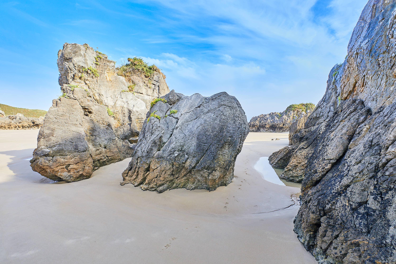 Rocas en la Playa de Sorraos, en Barro, Llanes, Asturias