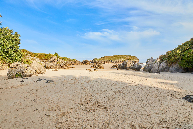 Playa de Sorraos desde el fondo, en Barro, Llanes, Asturias