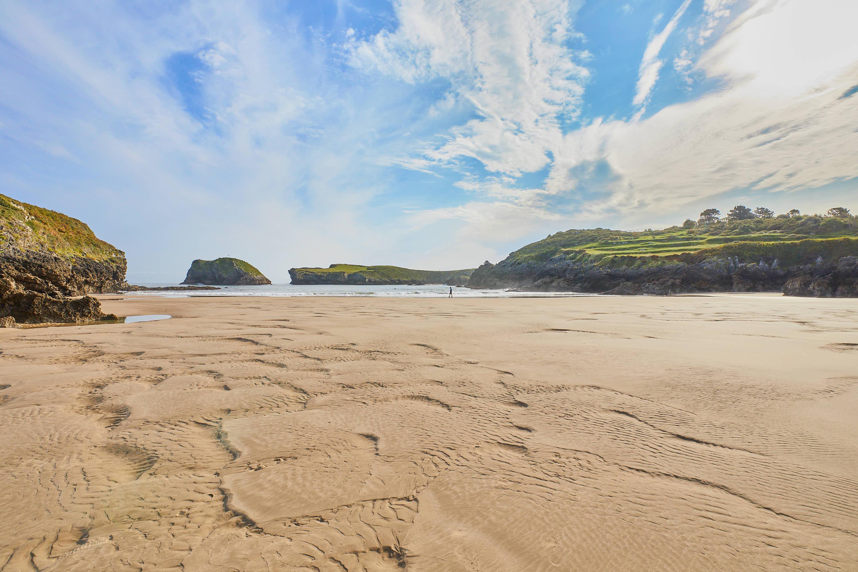 Gran arenal en la Playa de Sorraos, en Barro, Llanes, Asturias