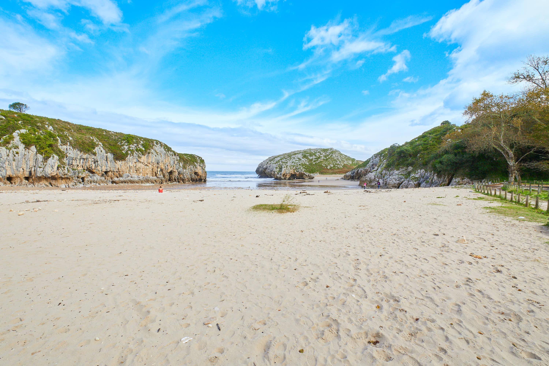 Playa de Cuevas del Mar desde atrás, en Llanes, Asturias