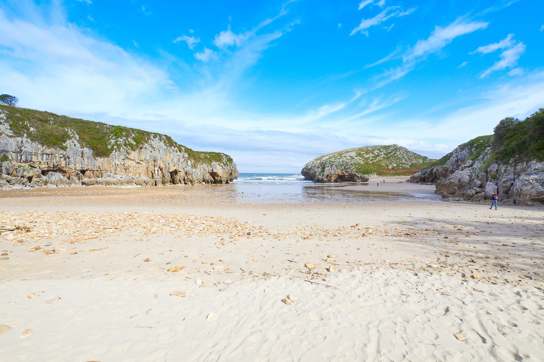 Marea baja en la Playa de Cuevas del Mar, en Llanes, Asturias