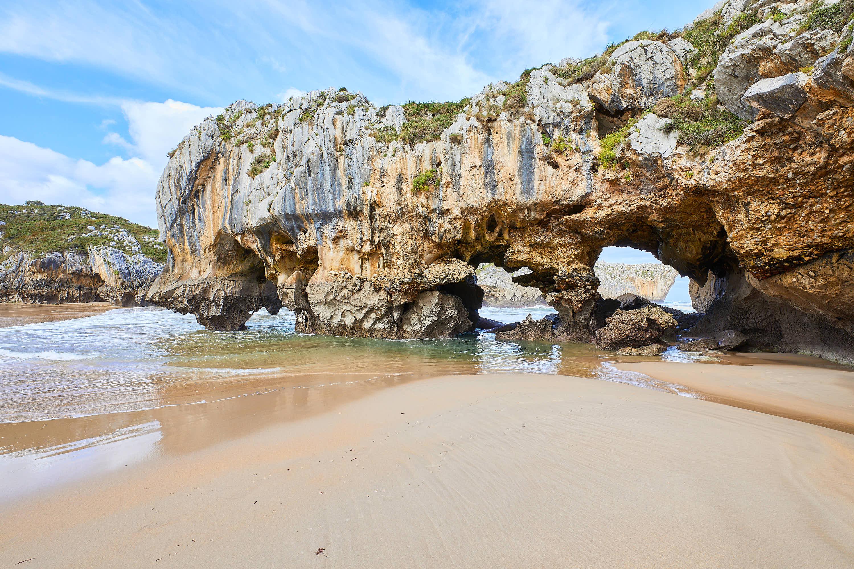 Ventanas naturales en Playa de Cuevas del Mar, en Llanes, Asturias
