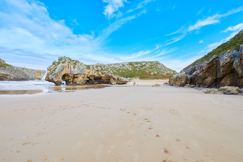 Playas de Cuevas del Mar y Villanueva unidas en marea baja, en Llanes, Asturias