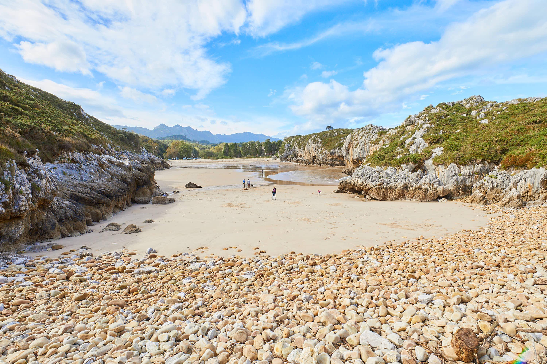 Playas de Villanueva y Cuevas del Mar, en Llanes, Asturias