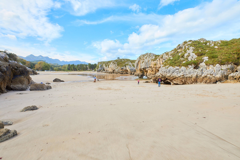 Playa de Villanueva, junto a Cuevas del Mar, en Llanes, Asturias