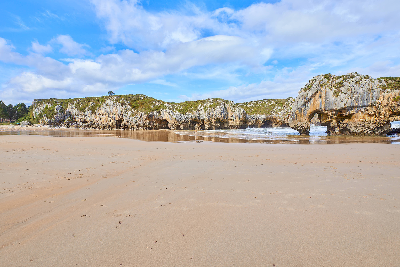 Arenal de Playa de Cuevas del Mar, en Llanes, Asturias