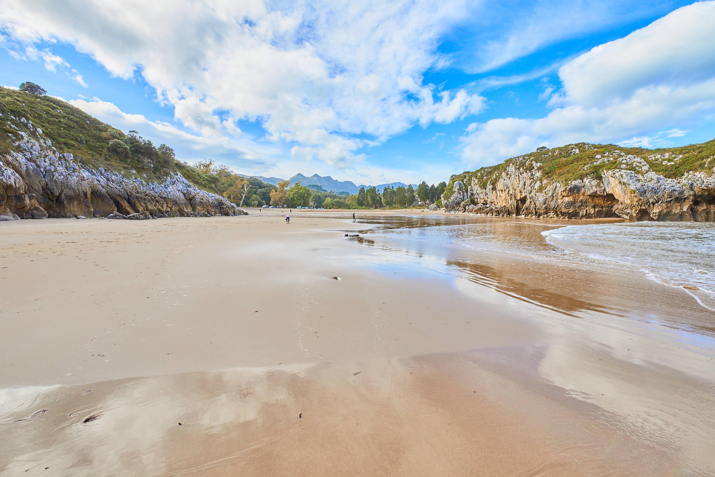 Orilla en marea baja en Playa de Cuevas del Mar, en Llanes, Asturias