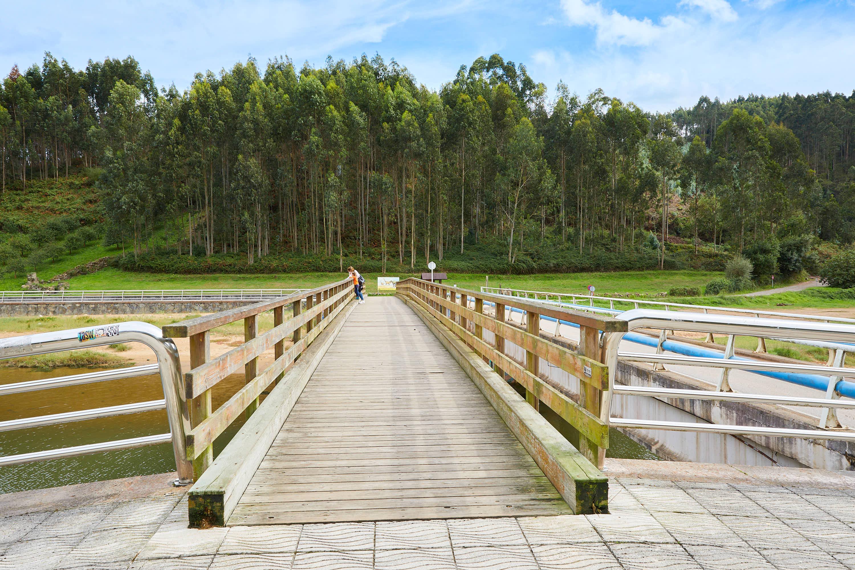 Puente peatonal sobre el río Liberdón en la Playa de La Griega, en Colunga, Asturias