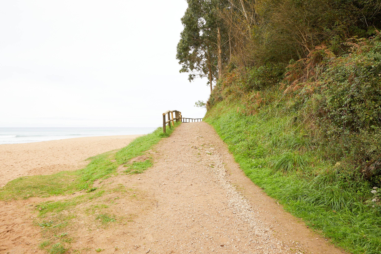 2 Camino hacia el yacimiento de icnitas con huellas de dinosaurio en la Playa de La Griega, Colunga, Asturias