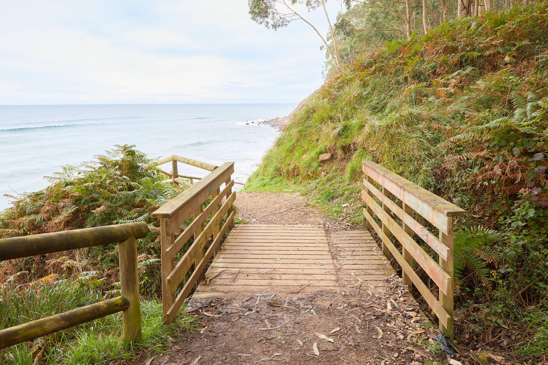 6 Puente en el camino hacia el yacimiento de icnitas con huellas de dinosaurio en la Playa de La Griega, Colunga, Asturias