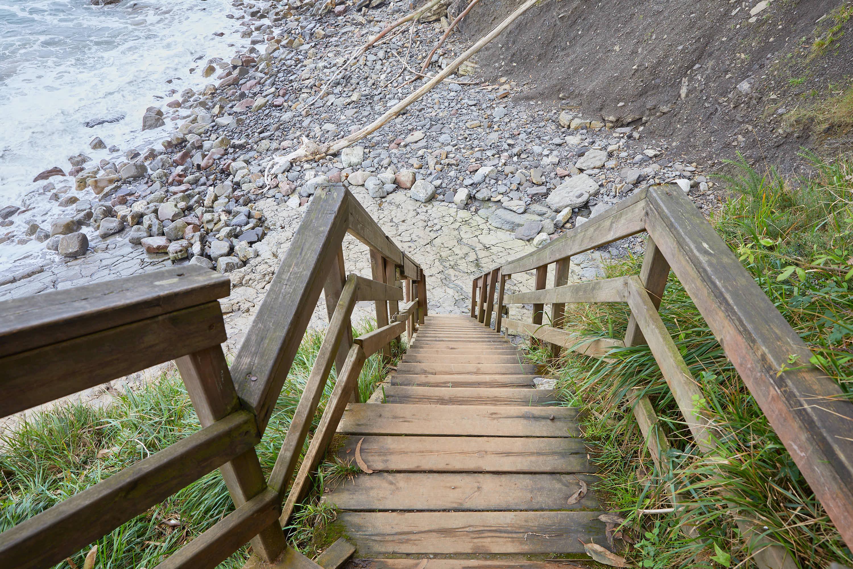 Escalera a las huellas de dinosaurios del yacimiento de icnitas de la Playa de La Griega, Colunga, Asturias
