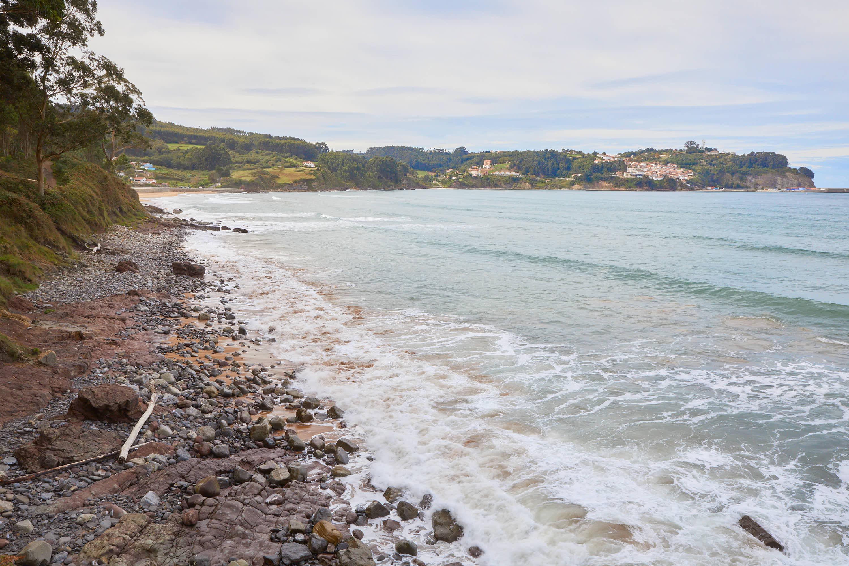 Vista de la costa desde el yacimiento de icnitas en la Playa de La Griega, Colunga, Asturias