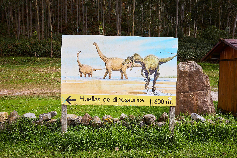 Señal de huellas de dinosaurios  o yacimiento de icnitas en la Playa de La Griega, en Colunga, Asturias