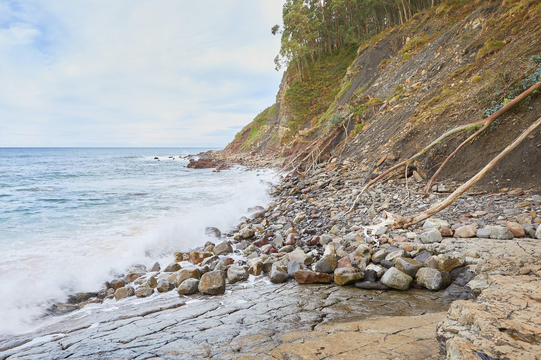 Vista de la costa oriental con marea alta desde el yacimiento de icnitas en la Playa de La Griega, Colunga, Asturias