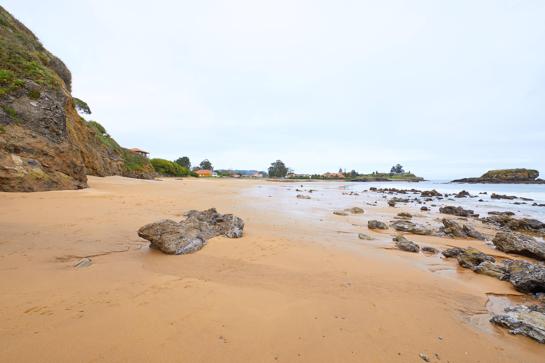 Lateral la Playa de La Isla, Colunga, Asturias