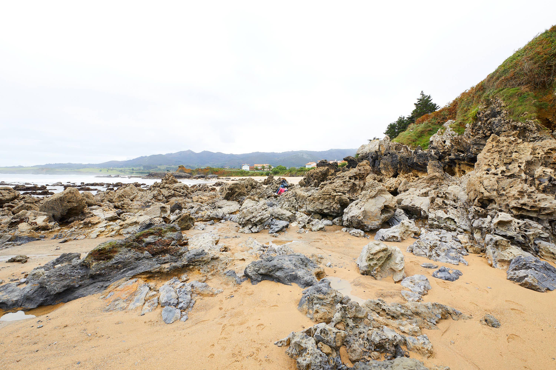 Rocas en el lateral de la Playa de La Isla, Colunga, Asturias