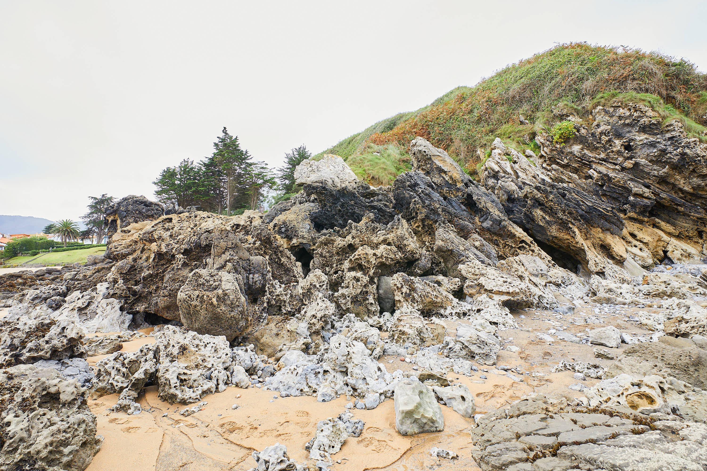 Pared de rocas en el lateral de la Playa de La Isla, Colunga, Asturias