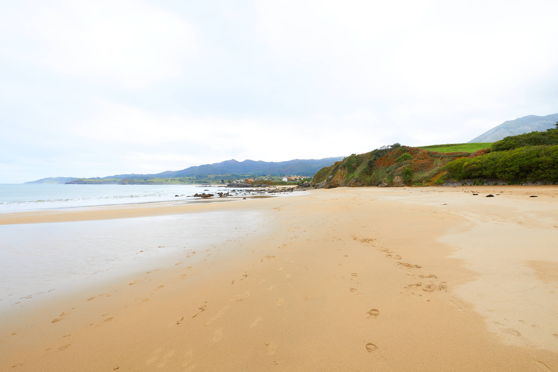 Orilla de la Playa de La Isla, Colunga, Asturias