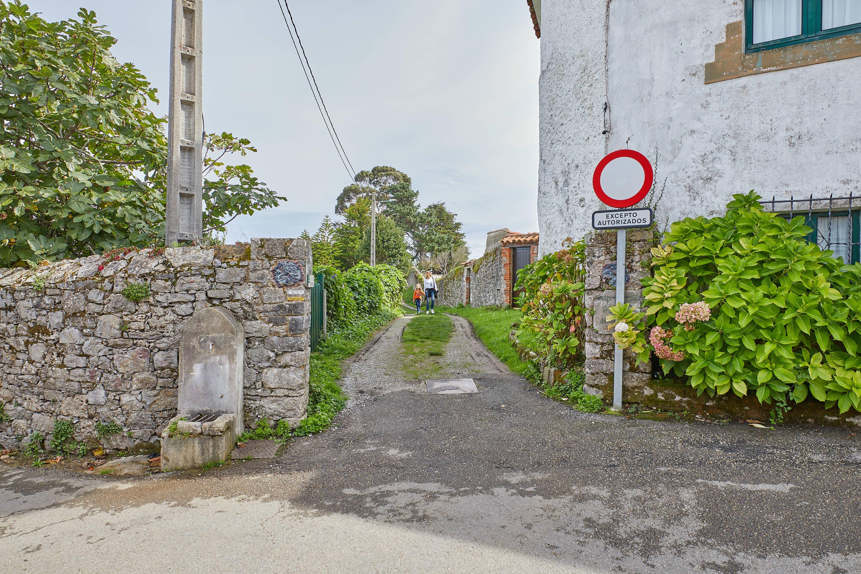 Entrada al callejón para acceder a las trincheras de la Guerra Civil en La Isla, Colunga, Asturias