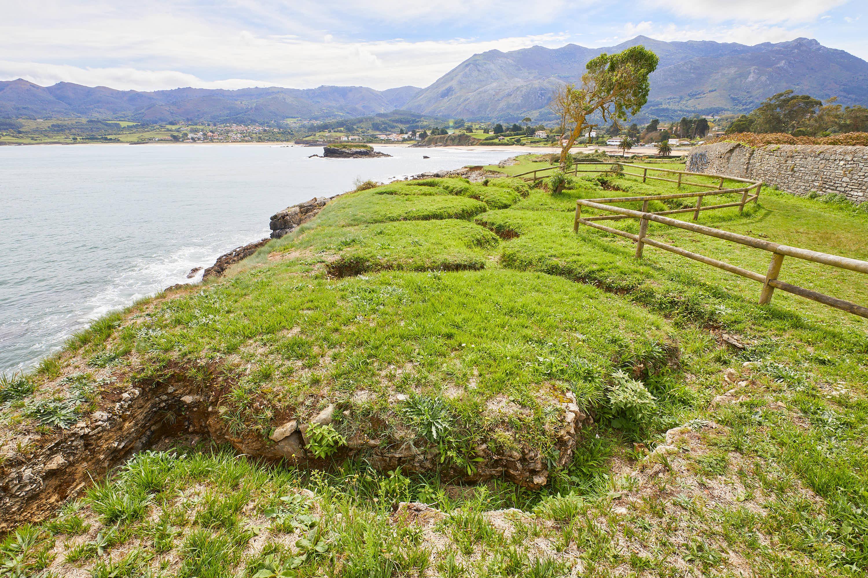 Vista norte de las trincheras de la Guerra Civil en La Isla, Colunga, Asturias