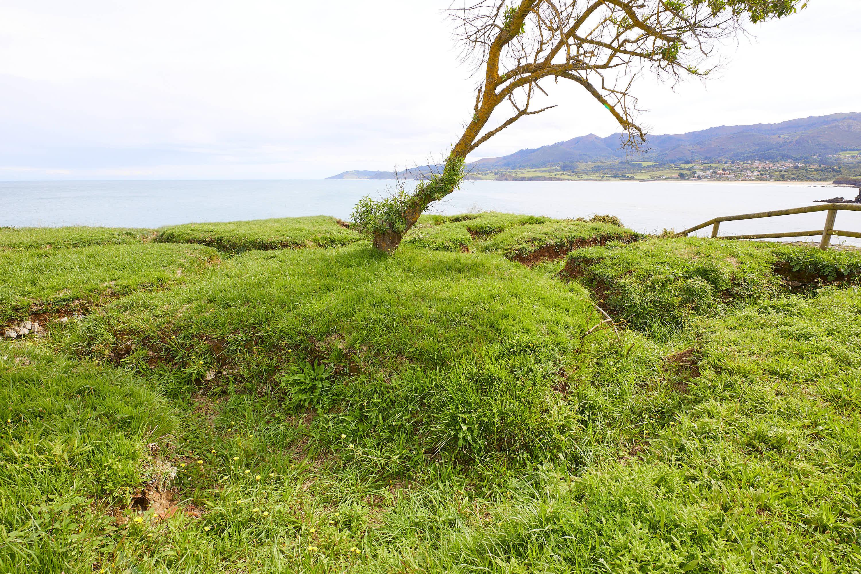 Vista este de las trincheras de la Guerra Civil en La Isla, Colunga, Asturias