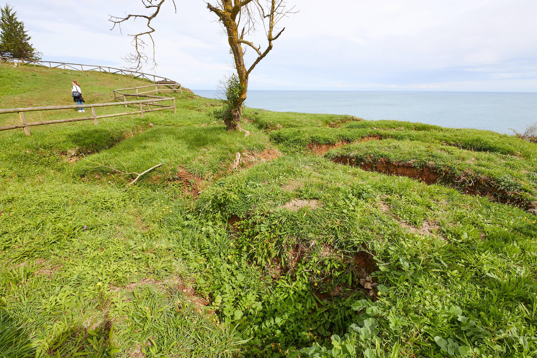 Vista sur de las trincheras de la Guerra Civil en La Isla, Colunga, Asturias