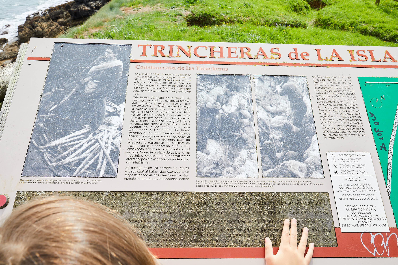 Panel explicativo de las trincheras de la Guerra Civil en La Isla, Colunga, Asturias