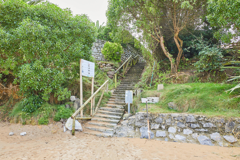 Escalera de acceso en la Playa de El Barrigón, Colunga, Asturias