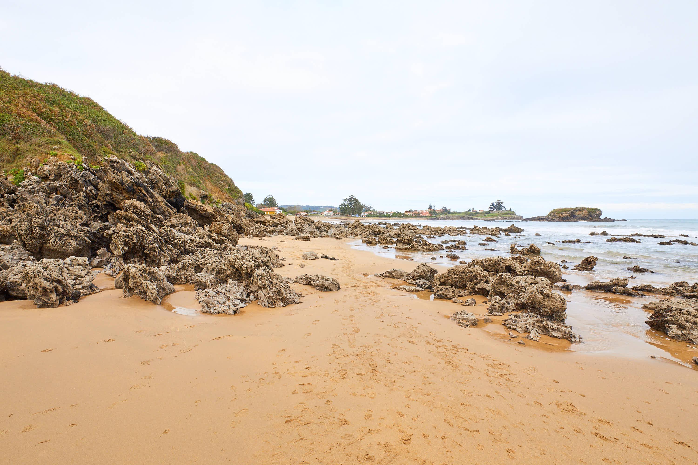 Separación rocosa entre Playa de La Isla y El Barrigón, Colunga, Asturias