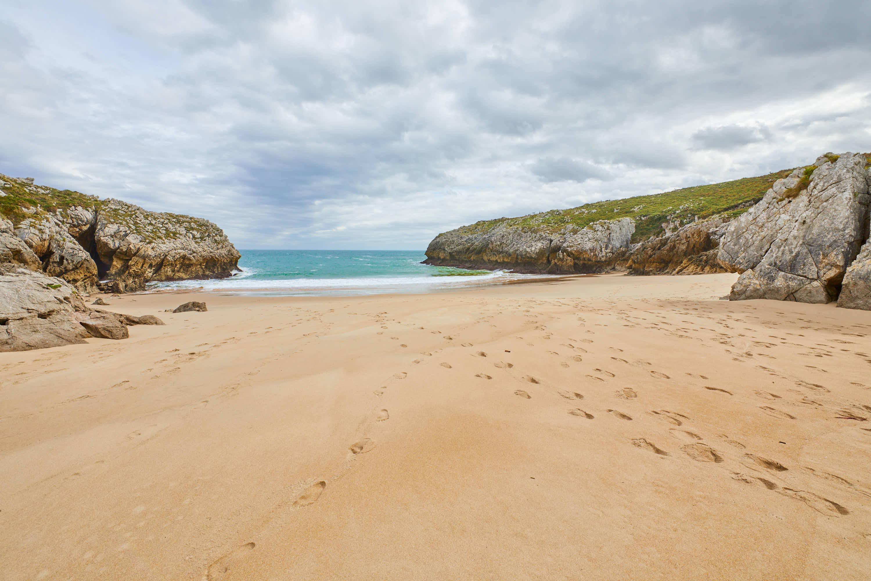 Fondo de la Playa de San Antonio, en Llanes, Asturias