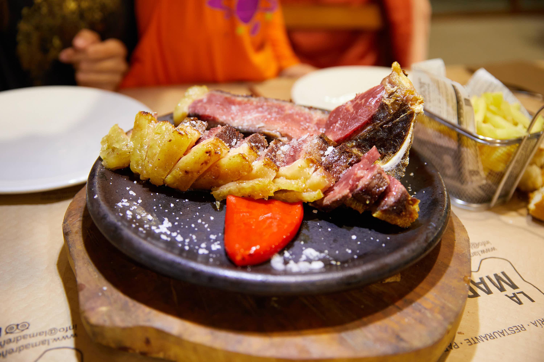 Chuletón troceado en el restaurante Sidrería La Madreñería, en Cangas de Onís, Asturias