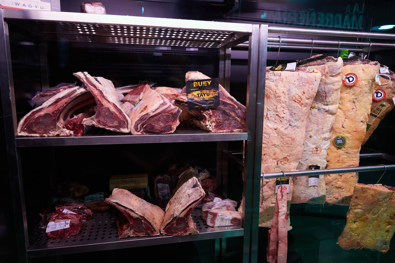Nevera con carne en el restaurante Sidrería La Madreñería, en Cangas de Onís, Asturias