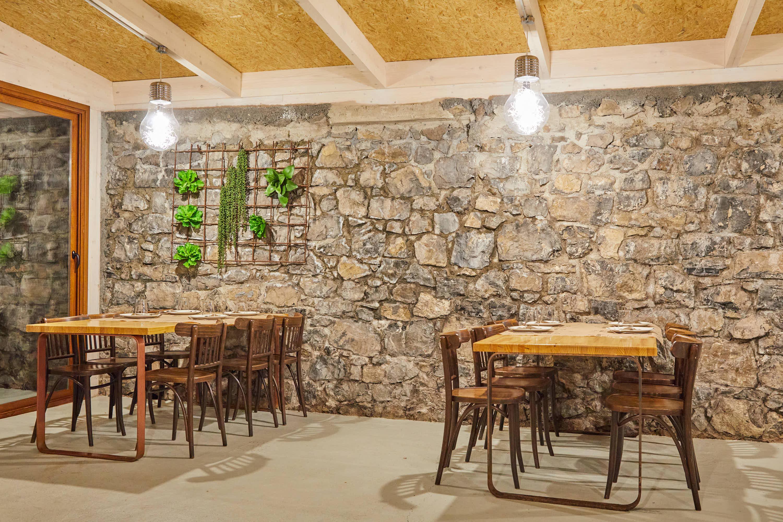Comedor en el restaurante Sidrería La Madreñería, en Cangas de Onís, Asturias