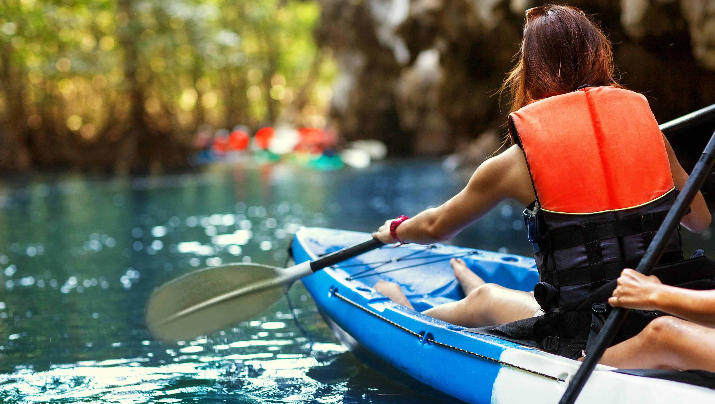 Mujeres remando en canoa por un rio