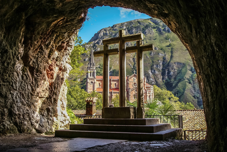 Vista de tres cruces y basilica en el Santuario de Covadonga