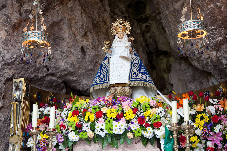 Altar de la Virgen, llamada La Santina, en la Santa Cueva, en el Santuario de Covadonga, en Cangas de Onis, Asturias