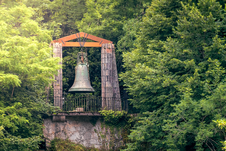 Gran campana en el Santuario de Covadonga, Cangas de Onís, Asturias