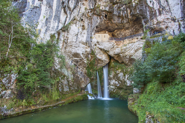 Santa Cueva y cascada en el Santuario de Covadonga