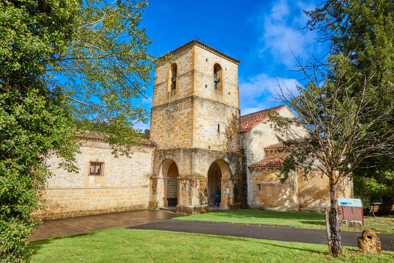 Torre de la iglesia del Monasterio de San Pedro de Villanueva, en Cangas de Onís, Asturias